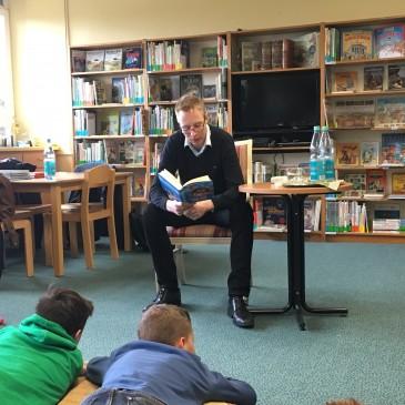 Vorlesetag 2016 – Besuch an der Grundschule unter den Bäumen